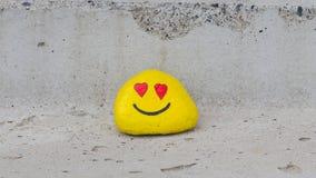 Gemalter Kiesel mit einem smiley Lizenzfreies Stockbild