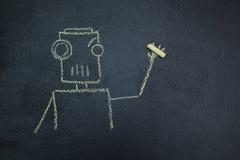 Gemalter Roboter auf einer Tafel mit Kreide in der Hand lizenzfreie abbildung