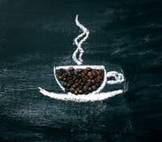 Gemalter Tasse Kaffee mit natürlichen Kaffeebohnen auf einer Tafel Lizenzfreies Stockfoto