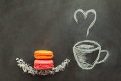 Gemalter Tasse Kaffee mit Orangen- und Erdbeermakrone lizenzfreie stockbilder