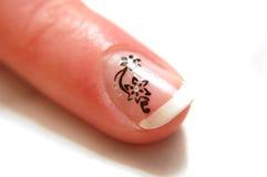 Gemalter weißer Nagel der Frau schöner Finger Stockfotos