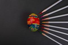 Gemaltes Ei auf schwarzem Hintergrund stockfotografie