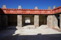 Gemaltes errichtendes Fragment des Palastes von Quetzalpapalotl, Teotihuacan, Mexiko lizenzfreie stockfotografie