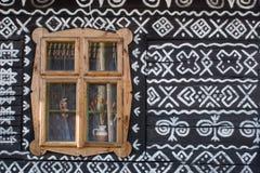 Gemaltes hölzernes Haus in Slowakei Stockfotografie