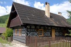 Gemaltes Holzhaus mit Bretterzaun Stockfotografie