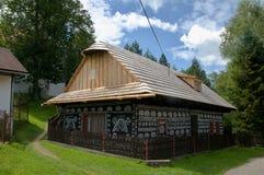 Gemaltes Holzhaus mit Bretterzaun Stockfotos