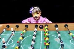 Gemaltes Mädchen als Katze während des Spiels Lizenzfreie Stockbilder