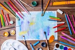 Gemaltes Papier, Bürsten, Farben, färbte Bleistifte und Prosabriefpapier Stockfoto