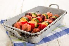 Gemarineerd Hongaars varkensvlees en plantaardige vleespennen in een het roosteren tra stock foto
