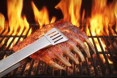 Gemarineerd met BBQ Sausvarkensvlees Extra Rib On Hot Grill stock foto's