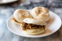 Gemarineerd vlees in gebakken broodje royalty-vrije stock foto's