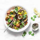 Gemarineerde aubergine, zoete tomaat en salade van de koriander de mediterrane stijl op lichte achtergrond, hoogste mening Vegeta stock foto's
