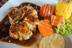 Gemarineerde geroosterde gezonde die kippenborsten op de zomerbbq worden gekookt Royalty-vrije Stock Foto's