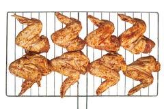Gemarineerde kippenvleugels die op grill worden voorbereid Stock Afbeeldingen
