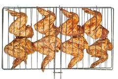 Gemarineerde kippenvleugels die op grill worden voorbereid Stock Fotografie