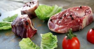 Gemarineerde lapje vlees en groenten op hakbord stock footage