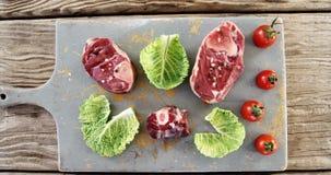 Gemarineerde lapje vlees en groenten op hakbord stock videobeelden