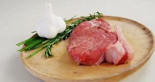 Gemarineerde lapje vlees en ingrediënten op hakbord stock footage