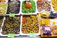 Gemarineerde olijven in blikken bij markt Stock Foto's