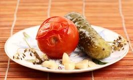 Gemarineerde tomaat en komkommer op een plaat Stock Afbeelding