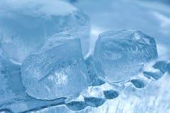 Gemas congeladas dos cubos de gelo Fundo azul de cristal abstrato vista macro, foco macio Fotografia de Stock Royalty Free
