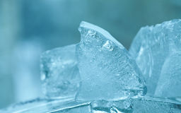 Gemas congeladas dos cubos de gelo Fundo azul de cristal abstrato vista macro, foco macio Imagem de Stock