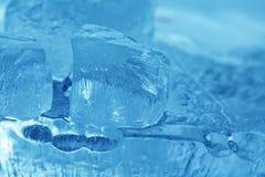 Gemas congeladas dos cubos de gelo Fundo de cristal azul abstrato foco macio da vista macro Imagens de Stock