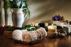 Gemas de cristal no branco e toalhas de Brown em uns termas Fotografia de Stock