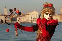 Gemaskeerd meisje in rood kostuum Stock Foto's