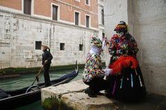 Gemaskeerd paar in Carnaval van Venetië stock afbeeldingen
