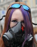 Gemaskeerde Jonge Vrouw bij een Protest van anti-Besnoeiingen Stock Foto