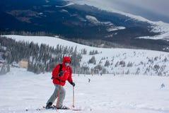 Gemaskeerde mensenskiër op de route tijdens sneeuwonweer Stock Afbeeldingen