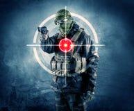 Gemaskeerde terroristenmens met kanon en laserdoel op zijn lichaam Royalty-vrije Stock Foto