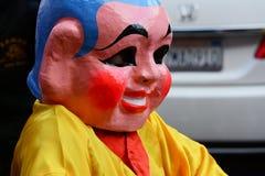 Gemaskeerde uitvoerder in Gouden Dragon Parade, die het Chinese Nieuwjaar vieren stock afbeelding