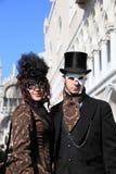 Gemaskeerde uitvoerders in Venetië Carnaval stock afbeeldingen