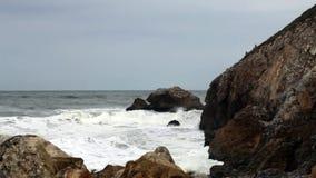 Gematigde Golven die in Rocky Cove Northern California komen stock video