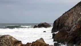 Gematigde Golven die in Rocky Cove Northern California komen stock footage