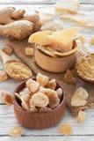 Gember verse wortel, de stukken van het gembersuikergoed en gemberkruid Stock Foto's