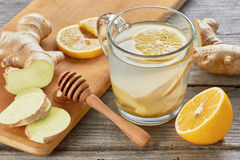 Gembert-stuk met citroen en honing op houten lijst Stock Foto's
