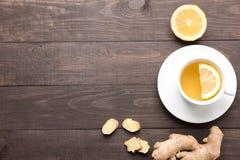 Gemberthee met citroen op de houten achtergrond Stock Afbeeldingen