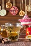 Gemberthee met kruiden, honing, kaneel, citroen en gedroogd fruit Stock Fotografie