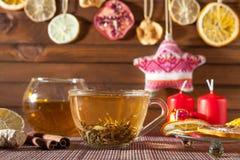 Gemberthee met kruiden, honing, kaneel, citroen en gedroogd fruit Royalty-vrije Stock Foto's