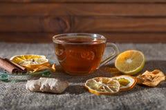 Gemberthee met kruiden, honing, kaneel, citroen op een linnenachtergrond Royalty-vrije Stock Foto