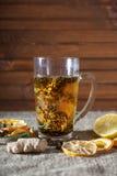 Gemberthee met kruiden, honing, kaneel, citroen op een linnenachtergrond Stock Foto's