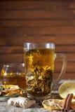 Gemberthee met kruiden, honing, kaneel, citroen op een linnenachtergrond Stock Foto
