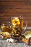Gemberthee met kruiden, honing, kaneel, citroen op een linnenachtergrond Royalty-vrije Stock Foto's