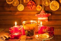 Gemberthee met kruiden, honing, kaneel, citroen op een linnenachtergrond Stock Fotografie