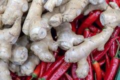 Gemberwortel en rode Chileense peper De achtergrond van het voedsel Oogst of plank bij de kruidenierswinkelopslag Close-up Select stock afbeeldingen