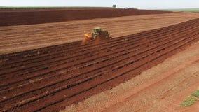Gemechaniseerde suikerriet luchtvideo - plantend suikerrietgebied in Sao Paulo Brazil - Antenne die na tractor het planten reizen stock video