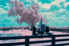 Gemeenschap Bezeten die Tractor tussen Banen wordt geparkeerd royalty-vrije stock foto's
